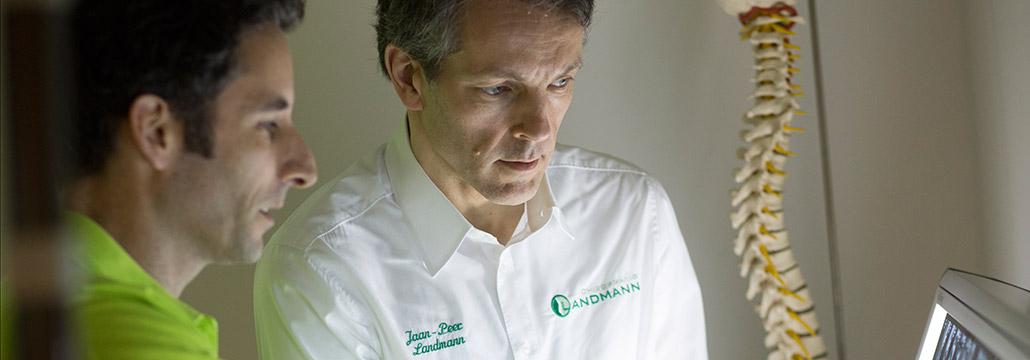 Patientengespräch und Beratung durch Chiropraktiker Jaan Peer Landmann in Chiropraxis Landmann bei Hamburg
