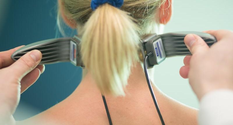 Messung der Muskelspannung zu Behandlung beim Chiropraktiker in der Näher von Hamburg