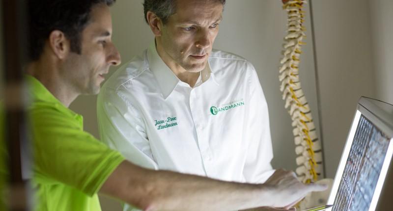 Patientenbetreuung durch Chiropraktiker Jaan Peer Landmann bei Hamburg