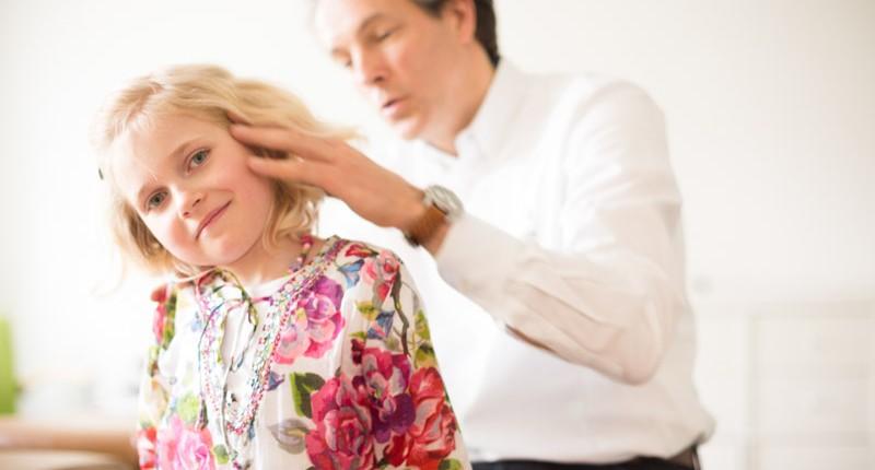 Jaan Peer Landmann bei chiropraktischer Behandlung eines Kindes bei Hamburg