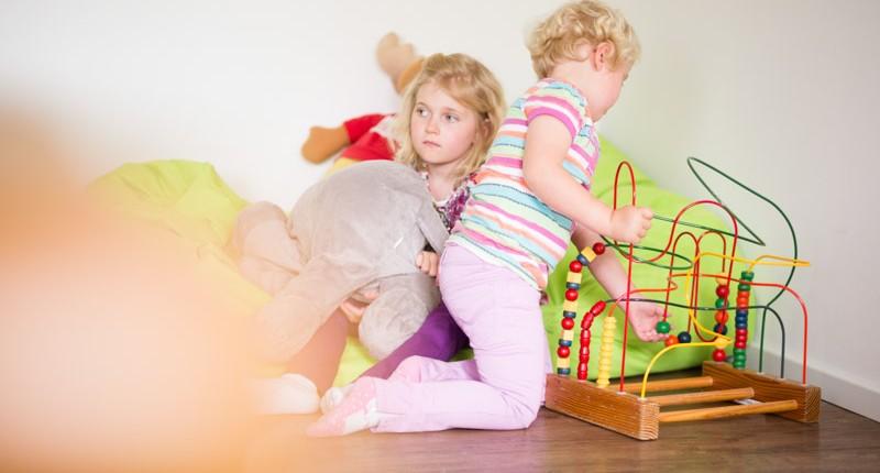 Kinder beim Spielen Warteraum Chiropraxis Landmann bei Hamburg