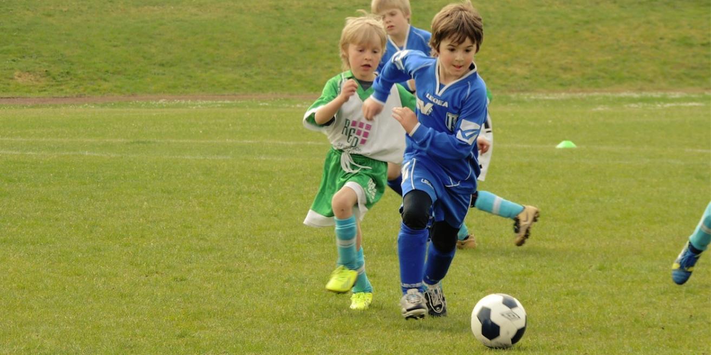 Kind hat Spaß am Sport und spielt Fußball